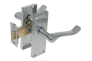 Lever latch door handle on backplate